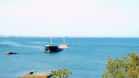 Droog die vrachtschip van de kust van de havenstad is gedaald stock video