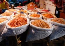 Droog garnalenvoedsel vers op marktachtergrond royalty-vrije stock fotografie