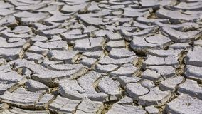 Droog gebarsten modder in barsten stock videobeelden