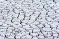 Droog gebarsten modder makend patronen in een rivierbed royalty-vrije stock foto