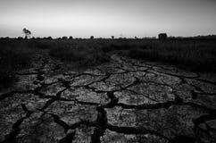 Droog gebarsten woestijn Het globale tekort aan water op de planeet  Het globale verwarmen en greenhouse effect concept stock afbeelding