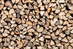 Droog gehakt die brandhout omhoog in een stapel wordt gestapeld Stock Afbeelding