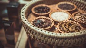 Droog Herb On Wooden Tray stock afbeeldingen