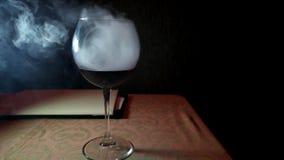 Droog ijseffect, die bij bar in glas, blazende witte dikke rook in kruik, rond glas vaping rode wijn stock videobeelden