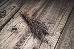 Droog lavendelboeket op grungy houten achtergrond Stock Foto