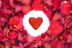 Droog nam bloemblaadjes in een cirkel met schitteren hart in het centrum toe. Stock Foto