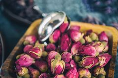 Droog nam knoppen voor thee en droog en droog in hibiscussuiker toe Chinese thee van Yunnan Bi Lo Chun De ruimte van het exemplaa Stock Afbeeldingen