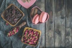 Droog nam knoppen voor thee en droog en droog in hibiscussuiker toe Chinese thee van Yunnan Bi Lo Chun De ruimte van het exemplaa Royalty-vrije Stock Afbeeldingen