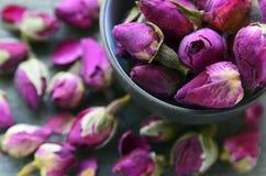 Droog nam knoppenbloemen in kom dichte omhooggaand toe Aziatisch ingrediënt voor aromatherapy aftreksel royalty-vrije stock afbeeldingen