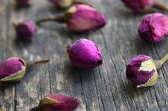 Droog nam knoppenbloemen op oude houten lijst toe Aziatisch ingrediënt voor aromatherapy aftreksel stock fotografie