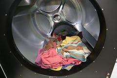 Droog-reinigingsmachine de binnenkant van een grote machine om handdoeken te drogen Stock Afbeeldingen