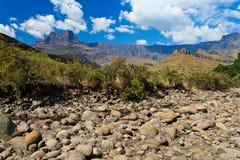 Droog rivierbed met bergen op de achtergrond Royalty-vrije Stock Afbeeldingen