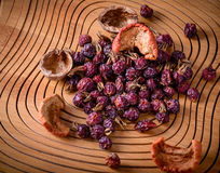 Droog rozebottels en gedroogd fruit op een houten raad Stock Foto