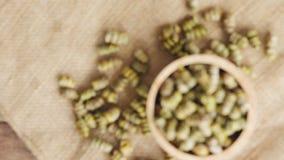 Droog Shi Hu, Dendrobium huoshanense, kruidengeneeskunde op guny zakdoek en in houten kom, stock video