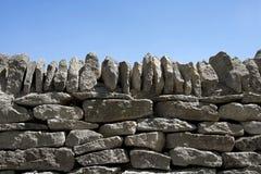 Droog-stenen muur en blauwe hemel Stock Foto's