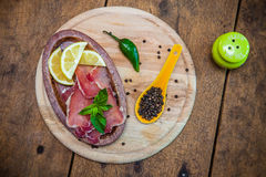 Droog varkensvlees met citroen, peper en basilicum Royalty-vrije Stock Afbeelding