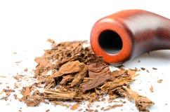 Droog verscheurde tabak op het wit Stock Afbeeldingen