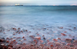 Droog vrachtschip in Rode overzees bij nacht Royalty-vrije Stock Foto's