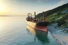 Droog vrachtschip verlaten op kust royalty-vrije stock foto