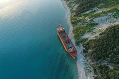 Droog vrachtschip verlaten op kust royalty-vrije stock fotografie