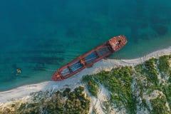 Droog vrachtschip verlaten op kust royalty-vrije stock foto's