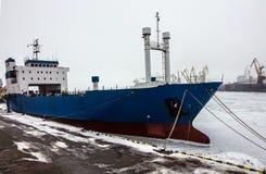 Droog vrachtschip in zeehaven Stock Afbeeldingen