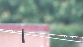Drooglijn in een regenachtige dag stock footage