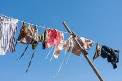 Drooglijn met het traditionele Nederlandse kleren drogen stock fotografie