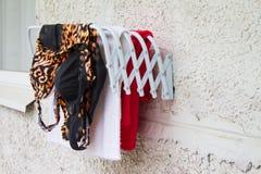 Droogrek op het balkon Drogende kleurrijke kleren Stock Foto's