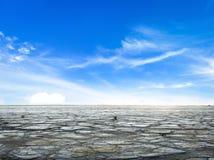 Droogteconcept: blauwe hemel en wit wolken en droge land stock foto