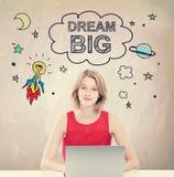 Droom Groot concept met jonge vrouw met laptop Royalty-vrije Stock Afbeelding