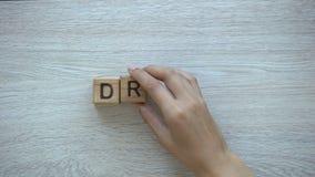 Droom, hand die woord op houten kubussen, mogelijkheden, motivatie en doelstellingen zetten stock video