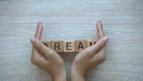 Droom, hand het duwen woord op houten kubussen, mogelijkheden, motivatie en doelstellingen stock videobeelden