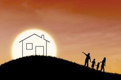 Droom van familiehuis op oranje zonsondergangachtergrond Royalty-vrije Stock Afbeelding