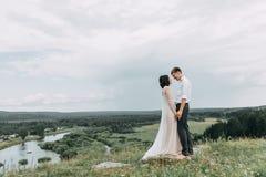 Droomhuwelijk in bergen royalty-vrije stock afbeelding