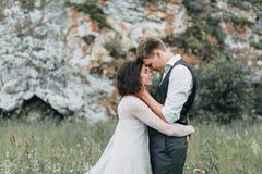 Droomhuwelijk in bergen royalty-vrije stock afbeeldingen