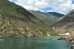 Droomrivieren, blauwe rivier, groene rivier, aardschoonheid, bergen, wolken, blauwe hemel, water stock foto's