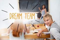 Droomteam tegen studenten in een klaslokaal Stock Foto's