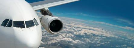 Droomvoering van heldere reis. Panorama boven Aarde