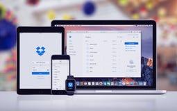Dropbox στο iPhone 7 της Apple υπέρ ρολόι και Macbook της Apple iPad υπέρ Στοκ Εικόνες