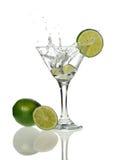 droped玻璃柠檬马蒂尼鸡尾酒楔子 库存照片