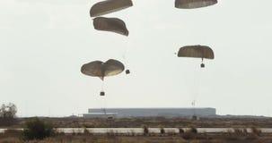 Droping Fracht des Flugzeuges des Transportes C-130 während des Kampfes stock footage