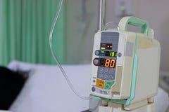 Droppande för dropp för avkokpump intravenös i sjukhuset arkivfoton
