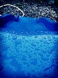Droppandedroppe, snedstegdiskvatten Arkivbilder