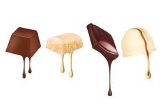 Droppar av choklad flödar från olika sötsaker som isoleras på vit Fotografering för Bildbyråer