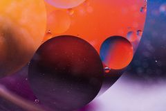 Droppar av olja på vatten Royaltyfri Fotografi