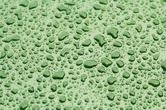 Droppar av regn- eller vattendroppe på huven av bilen Regn tappar nolla Royaltyfria Bilder