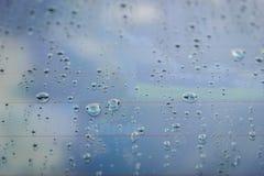Droppar av regn på bilexponeringsglas grunt djupfält Royaltyfri Bild