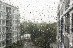 Droppar av regn på ett fönster förser med rutor Royaltyfri Fotografi