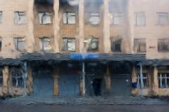 Droppar av regn på ett fönster förser med rutor, byggnader in Royaltyfri Bild